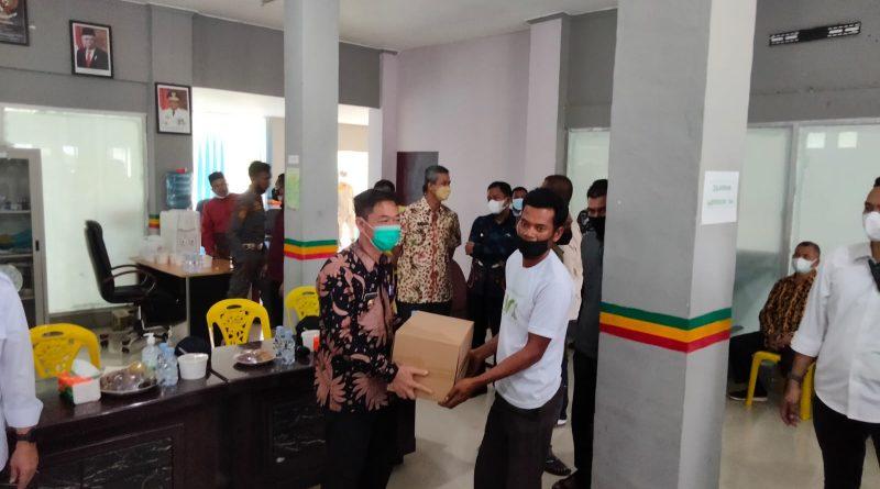 Bupati Rohil Afrizal Dampingi Gubri Serahkan Bantuan 10 Unit Mesin kapal Nelayan